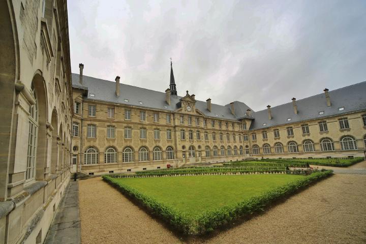 L'Institution des sœurs de La Croix de St-Quentin est implantée rue St-Jean
